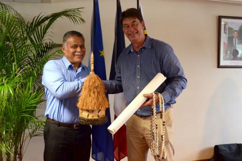 Échanges de cadeaux entre Atoloto Kolokilagi et Thierry Santa.