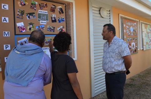 Didier Poidyaliwane a découvert l'expo photos sur le foyer, guidé par une des jeunes actuellement au FAEN.