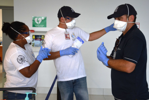 L'équipe de contrôle sanitaire aux frontières se prépare avant l'arrivée des passagers.