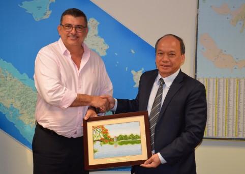 Échange de cadeaux entre le président du gouvernement Philippe Germain et le vice-ministre vietnamien de l'agriculture, Van Tam Vu.