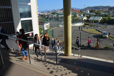 Les collégiens empruntent un sens de circulation unique pour entrer et sortir du collège et au sein de l'établissement.