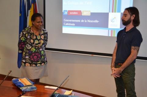 Hélène Iékawé et Patrice Fesselier-Soerip, professeur d'hitoire-géo à Yaté, ont fait un geste de coutume.