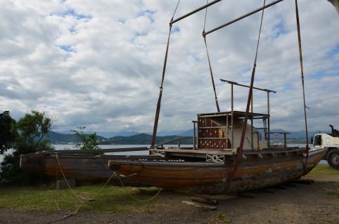 Construite à Païta et mise à l'eau en mai 2009, Meryemana est une pirogue de type « ndrua » ou « drua » fidjien. Elle peut transporter jusqu'à 30 passagers !