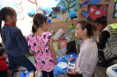 Isabelle Champmoreau a testé le jeu du tri des déchets préparé par le groupe scolaire de Boulari.