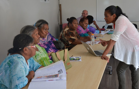 Lydia Poatyie, conseillère à l'Adie à l'antenne de Poindimié, a échangé avec les femmes sur leurs projets.