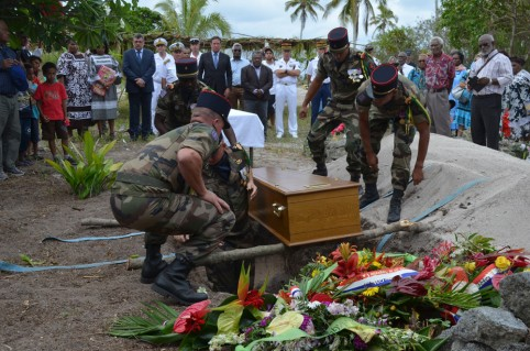 L'inhumation du tirailleur Kalepo Wabete au cimetière de Tiga.