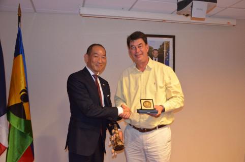 Échange de cadeaux entre le président du gouvernement et le Dr Kasai.