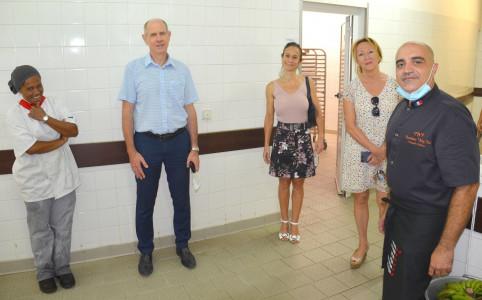 Isabelle Champmoreau et Érick Roser avec Tatiana Ohua, l'un des cuisinières du lycée, Élisabeth Arnal-Blanc, la proviseure, et Dominique Wing-Ka.