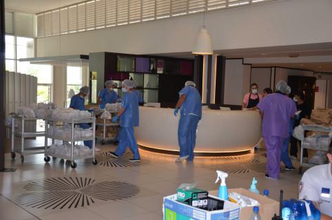 Six prestataires assurent la préparation et la distribution des repas aux confinés, dans le respect des protocoles sanitaires mis en place
