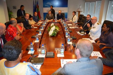 Le Premier ministre, une partie de sa délégation et les membres du gouvernement, le quinzième depuis la signature de l'Accord de Nouméa.