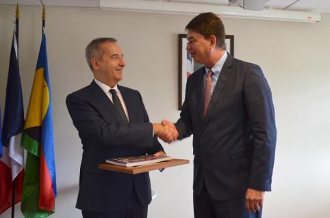 La rencontre s'est achevée par une remise de cadeaux au secrétaire général de la mer.