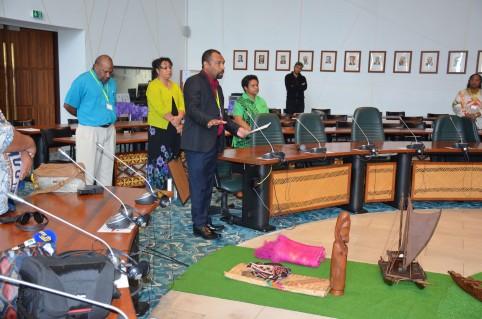 Le geste coutumier du représentant de la fonction publique du Vanuatu.