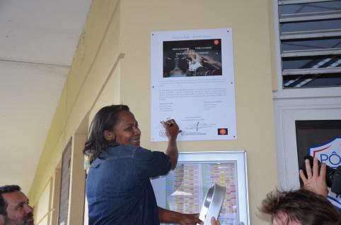 Hélène Iékawé a signé la plaque inaugurale au nom du gouvernement qui participe à hauteur de 7,5 millions au budget de fonctionnement du pôle espoirs de rugby.