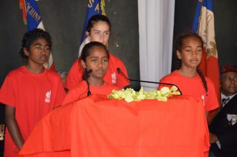La jeune May déclame son poème qu'elle a appris par cœur.