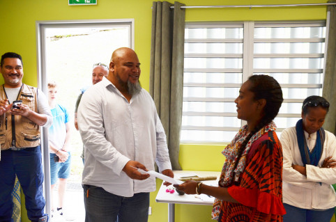 Vaimu'a Muliava remet son diplôme à Lynsay Awe.