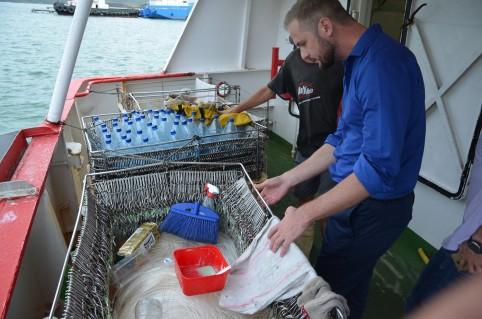 À bord du navire thonier, Nicolas Metzdorf discute des spécificités de la pêche à la palangre.