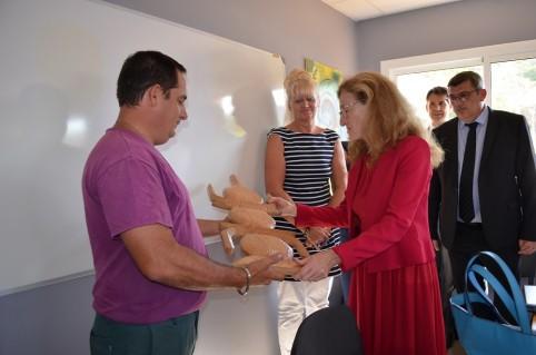 Un éducateur de la DPJEJ a remis à la ministre une flèche faîtière, fabriquée par des jeunes du foyer de Nouville.