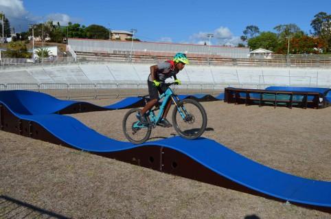Le pump track est une boucle continue sur laquelle le rider peut évoluer sans pédaler, grâce à des mouvements de pompage effectués par une action combinée des bras et des jambes sur le vélo.