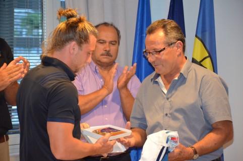 Cadeaux du demi de mêlée Stephen Parez-Edo Martin à Jean-Louis d'Anglebermes, sous l'œil de Pierre Forest, directeur de la DJS.