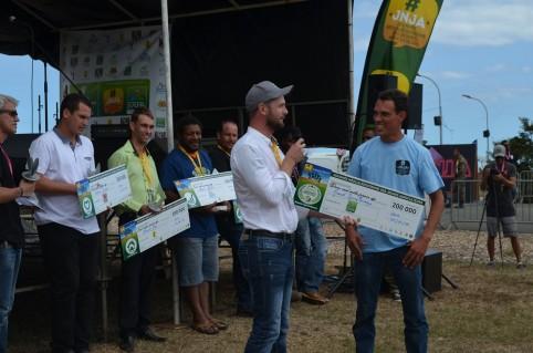 Nicolas Metzdorf remet le Trophée des jeunes agriculteurs 2017 à Franck Soury-Lavergne.