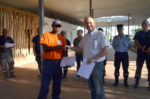Éric Backès, directeur de la DSCGR, remet un diplôme.