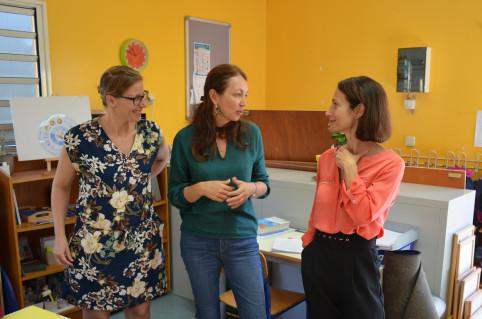 Émilie, ici à gauche, et Caroline, au centre, enseignent en binôme auprès du groupe des élèves de 6 à 12 ans. Cette année, le plus âgé d'entre eux a 9 ans.