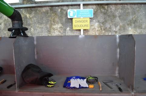 Huit cabines de soudage ont été aménagées par les détenus travaillant au service technique.