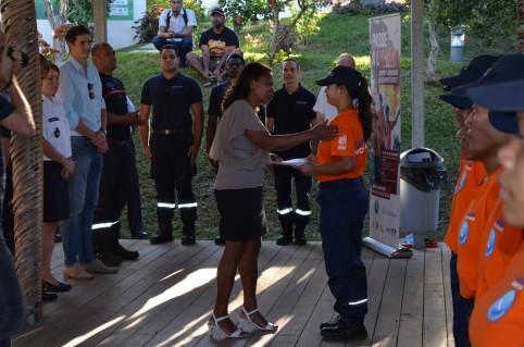 Hélène Iékawé félicite une des volontaires. Cette promotion compte une majorité de jeunes filles.
