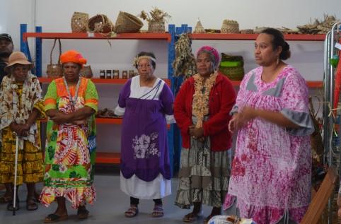 L'ONG Femme Pays et Astrid Gopoea, cheffe de cabinet de Déwé Gorodey (à droite).