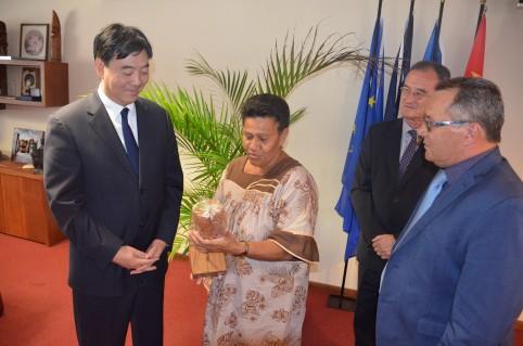 Accompagnés du secrétaire général Alain Marc, trois membres du gouvernement ont reçu l'ambassadeur : le vice-président Jean-Louis d'Anglebermes, à droite, Bernard Deladrière et Valentine Eurisouké.