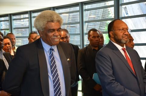 Le ministre de l'Éducation Jean-Pierre Nirua et le Premier ministre Charlot Salwai.