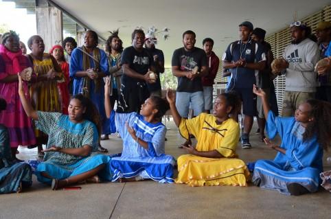 Une troupe de Tiga, en résidence artistique au centre culturel Tjibaou, a improvisé quelques chants en l'honneur de la délégation vanuataise.