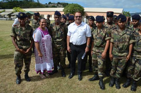 Les membres du gouvernement Valentine Eurisouké et Jean-Louis d'Anglebermes entourés des jeunes de la troisième compagnie du RSMA-NC.