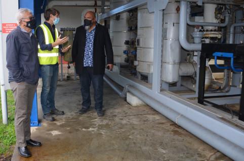 Yannick Slamet et Vaimu'a Muliava ont visité les installations avec Vincent Maihol, directeur du développement commercial et industriel de Gazpac.
