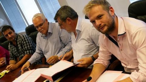 Le président du CAM, David Perrard (à gauche) et le membre du gouvernement en charge de l'agriculture, Nicolas Metzdorf (à droite) ont assisté à la signature de la convention.