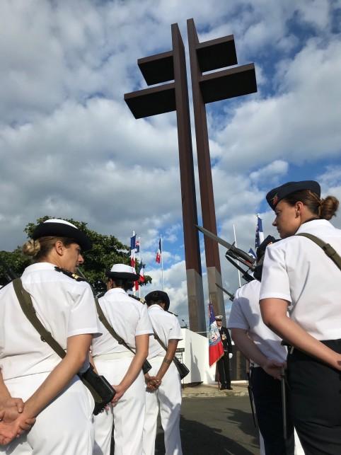 Au pied de la Croix de Lorraine, la cérémonie a été rythmée par les hommes, et les femmes, du groupement interarmées.