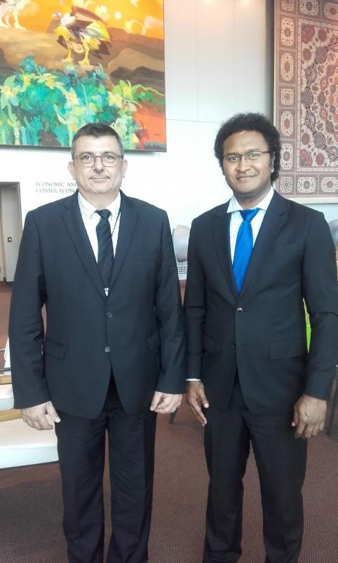 Philippe Germain et le représentant permanent de Fidji auprès des Nation Unies, Luke Daunivalu.