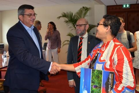 Philippe Germain avec Savitri Indah Nuria (Indonésie) et Fred Sarufa (PNG).