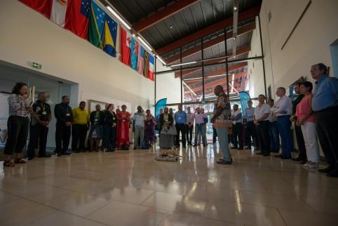 Un geste coutumier a eu lieu avant d'entrer dans la salle Jacques-Iékawé de la CPS.