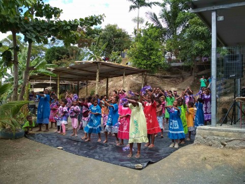 Au cours de la matinée, les enfants du squat ont proposé des danses aux visiteurs.