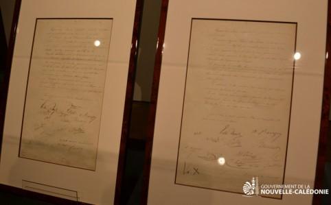 Au centre culturel Tjibaou, les actes de possession de 1853 ont été brièvement exposés, lors de leur remise officielle, dans une vitrine fabriquée spécialement pour l'occasion.
