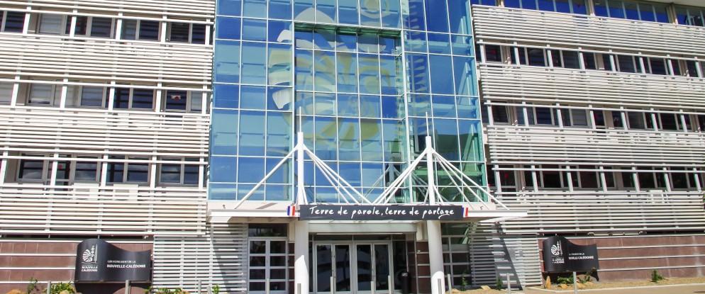 Le gouvernement de la Nouvelle-Calédonie siège route des Artifices, Baie de la Moselle à Nouméa. Les 11 membres de l'exécutif et leurs collaborateurs y ont leurs bureaux, de même que le secrétariat général et le pôle communication.