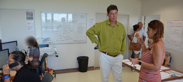 Le président du gouvernement Thierry Santa s'est rendu le 10 février au centre d'appels pour la vaccination, dirigé par Myriam Beaumont, directrice adjointe des Ressources humaines et de la fonction publique.