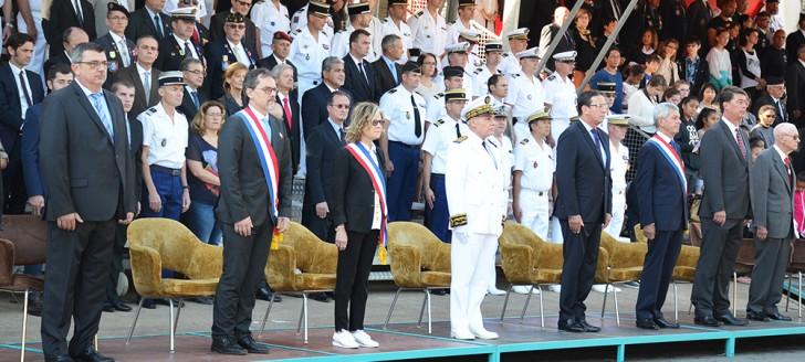 Le haut-commissaire et les élus ont assisté au défilé depuis la tribune officielle positionnée à proximité du musée de Nouvelle-Calédonie.