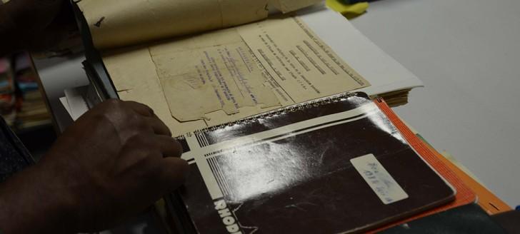 Voir, sentir, toucher… La découverte du service des archives de la Nouvelle-Calédonie fait appel à tous les sens des visiteurs.