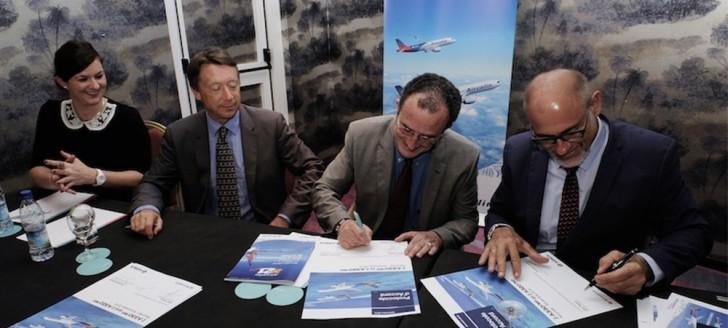 Bernard Deladrière (au centre), président du conseil d'administration d'Aircalin et membre du gouvernement, Didier Tappero (à droite), directeur général d'Aircalin, et Christopher Buckley (à gauche), vice-président exécutif d'Airbus.