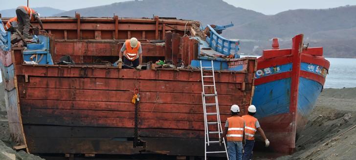 """Dépollution, remise à flot, démantèlement…, les opérations de """"déconstruction"""" des blue boats vietnamiens ont été confiées à des entreprises calédoniennes. © Photos Haut-Commissariat"""
