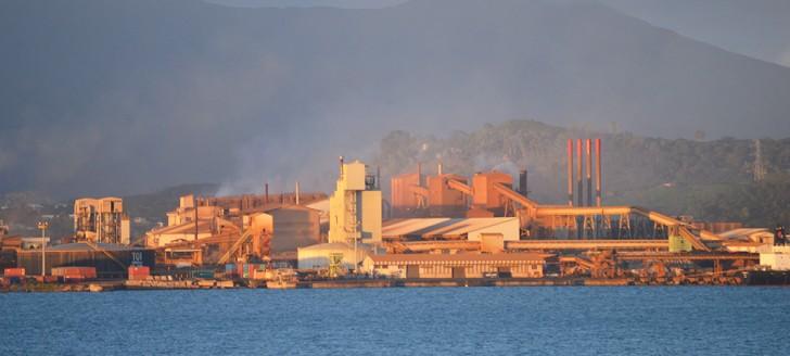 Les quatre cheminées de la centrale électrique au fioul lourd devraient avoir cessé de fumer d'ici à cinq ans.