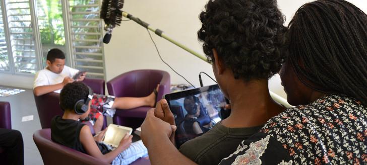 « Ça tourne ! » Mune Pujapujane, animatrice numérique de l'EPN de la presqu'île de Ducos, guide Paolo qui filme ses camarades.