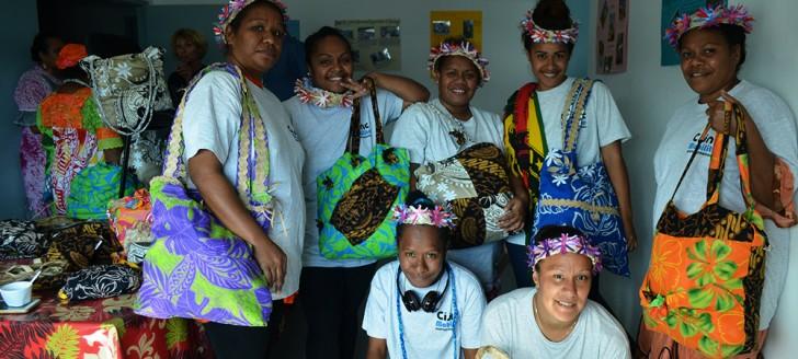 Les jeunes femmes qui ont bénéficié de ce chantier international de mobilité présentent quelques-unes de leurs créations.